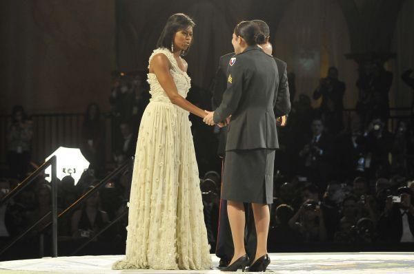Мишель Обама и сержант армии США Маргарет Геррера на приёме в честь Главнокомандующего вооружённых сил США Барака Обамы, Вашингтон, 20 января 2009 года.