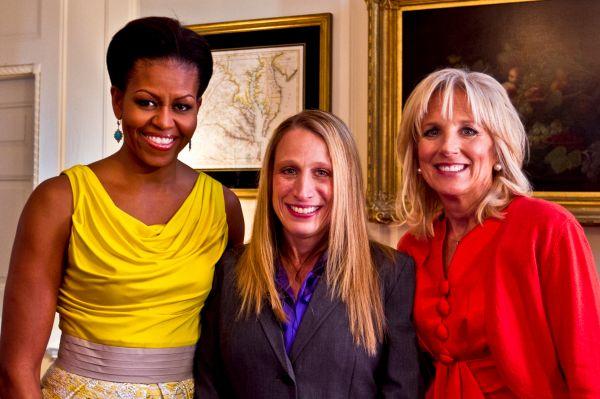 Мишель Обама с журналистами Элен Санчес и доктором Джилл Байден в Белом доме, 6 апреля 2011 года.
