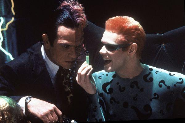 Позже Керри к другим звёздам кино – Вэлу Килмеру, Томми Ли Джонсу и Николь Кидман – в фильм «Бэтмен навсегда» пригласил режиссёр Джоэл Шумахер. Эксцентричная манера игры комика разнообразила визуальный ряд и создала уникальный образ Загадочника (справа).