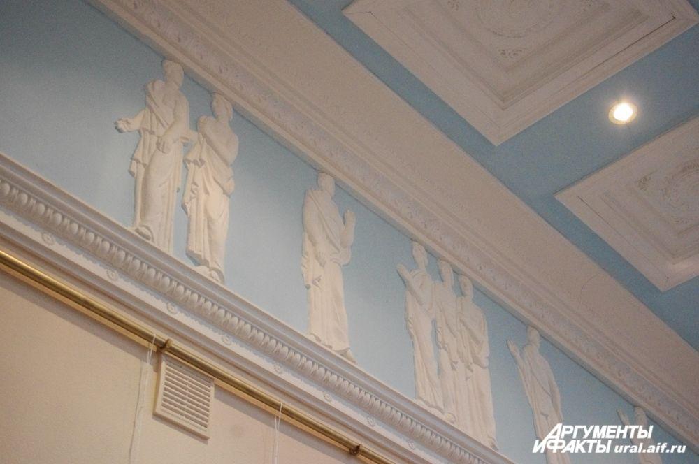 Каждый из залов хорошо освещен, а некоторые украшены белоснежной лепниной или рисунками.