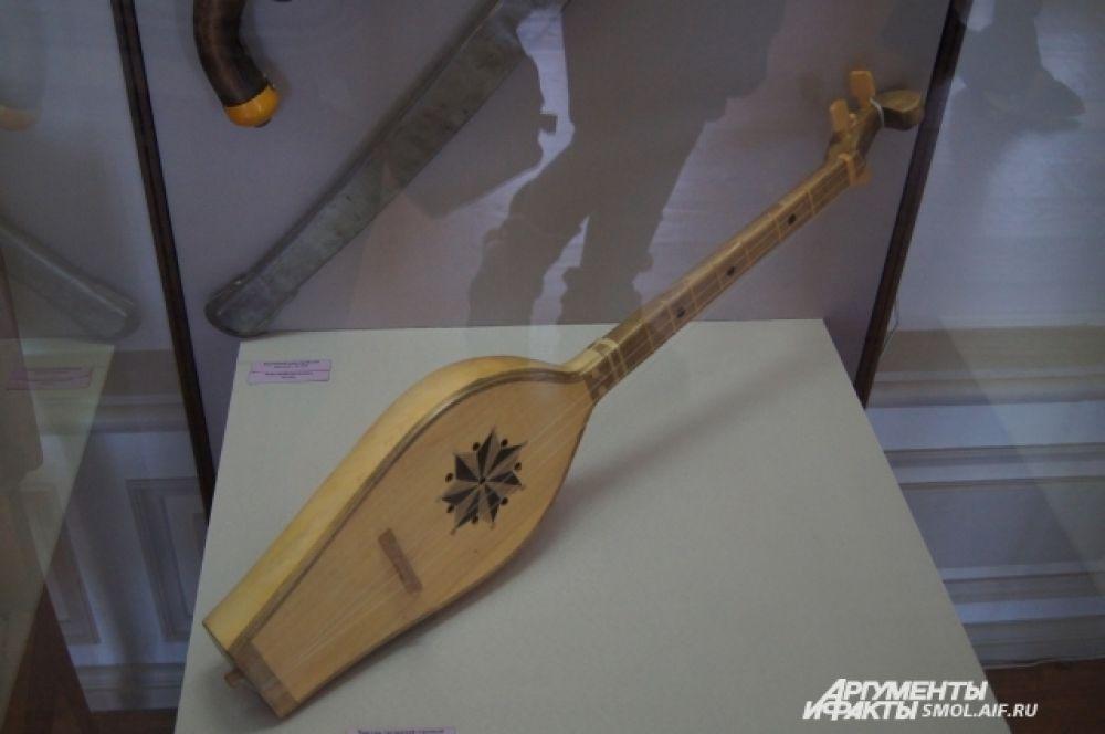 Восточный музыкальный инструмент.