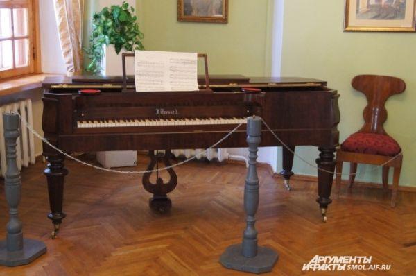 Рояль в гостиной.