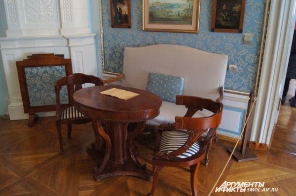 Мебель в одной из комнат.