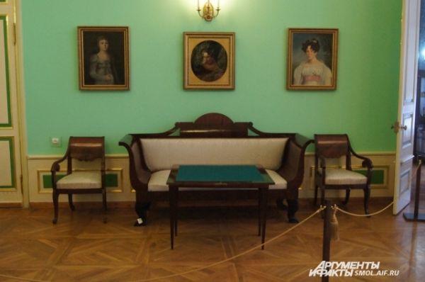 Вот на таких диванах сиживали дворяне.