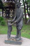 В 1981 году 61-летний Кристофер Робин Милн открыл в Лондонском зоопарке памятник медведице Винни в натуральную величину, а через 18 лет там же канадскими кавалеристами был открыт второй памятник (на фото).
