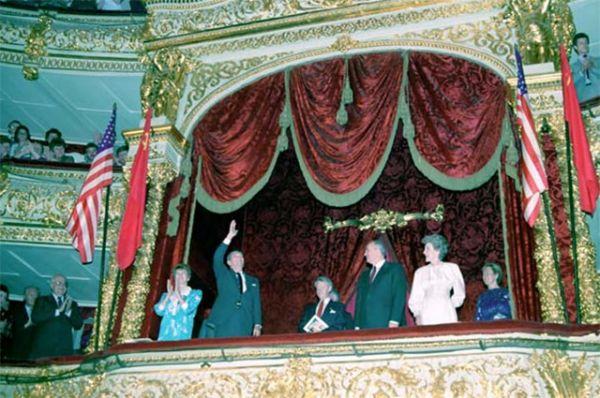 Большой театр является одним из самых узнаваемых символов нашей страны – его часто посещали официальные лица других стран. Так в 1988 году вместе с Михаилом и Раисой Горбачёвыми на балет сюда пришли Президент США Рональд Рейган с супругой Нэнси.