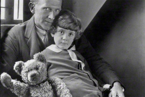 После этой встречи Кристофер Робин решил назвать подаренную ему плюшевую игрушку Винни – в честь медведицы. На фото: Алан Милн, Кристофер Робин и Винни в 1926 году.