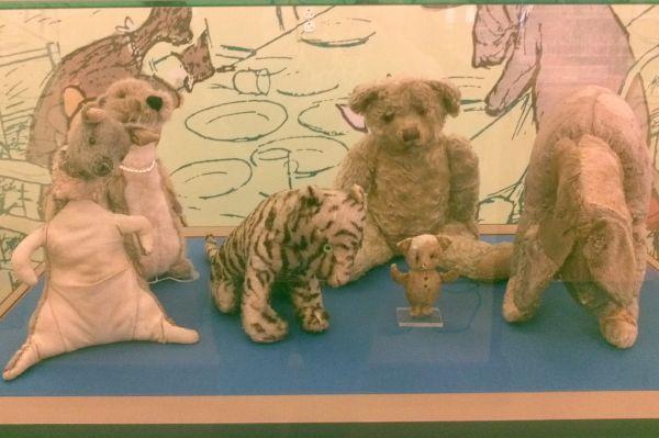 Оригинальные игрушки Кристофера Робина Милна теперь хранятся в Нью-Йоркской публичной библиотеке в качестве достопримечательности.