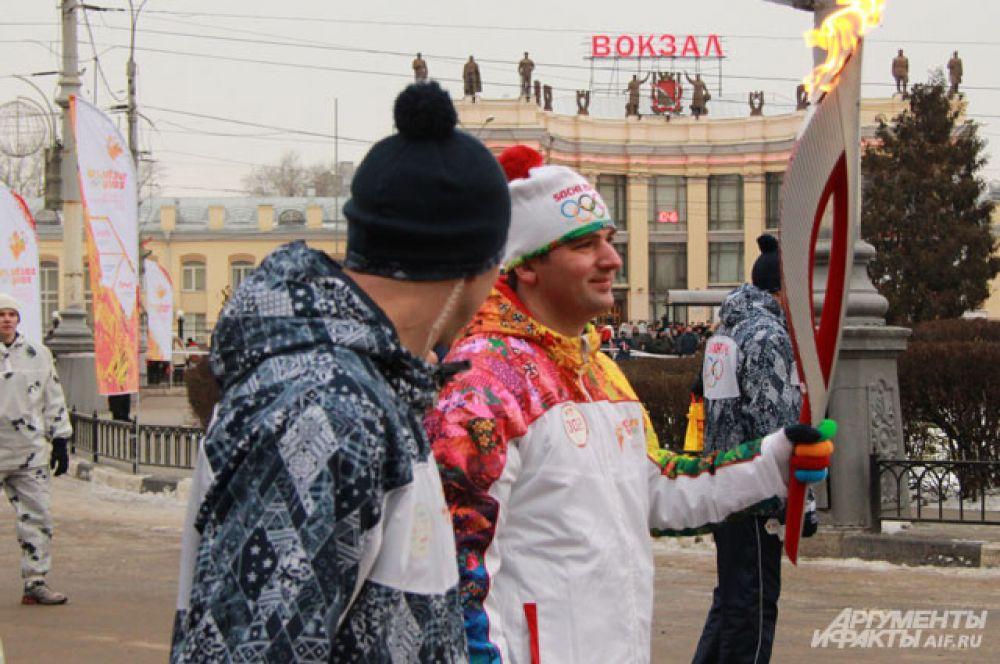 Второй факелоносец принял эстафету Олимпийского огня у памятника Черняховскому.