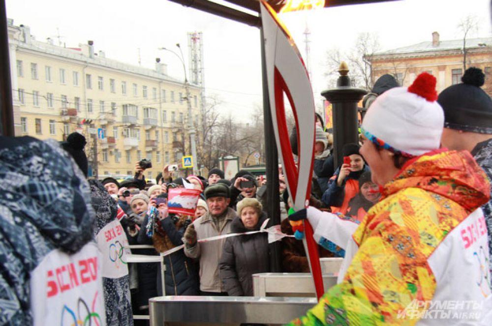 Ирина Макогонова приблизилась к зрителям и дала возможность дотронуться до олимпийского факела.