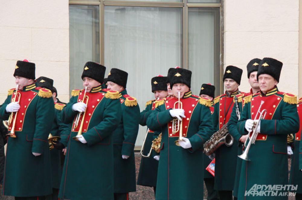 Олимпийский огонь встречали под звук оркестра.