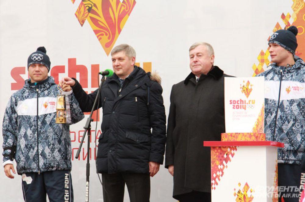 Воронежцы встречают Олимпийский огонь.