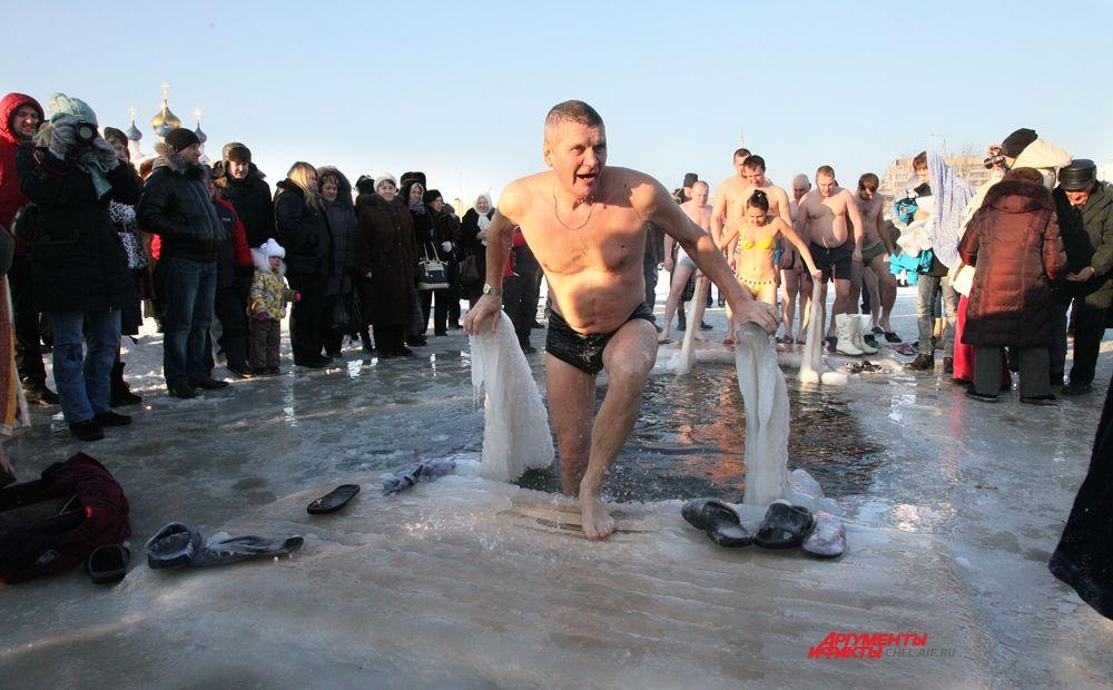 Сколько счастья и удовольствия окунуться в ледяную воду!