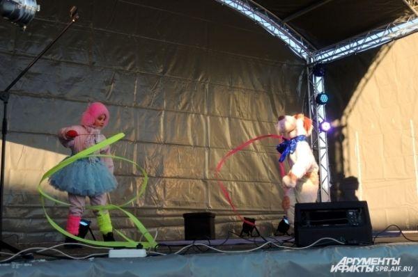 На сцене выступали творческие коллективы