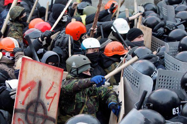 Позже появились сообщения отом, что врядах активистов начались поиски провокаторов— митингующие избивали тех, кто поихмнению мог быть подстрекателем.