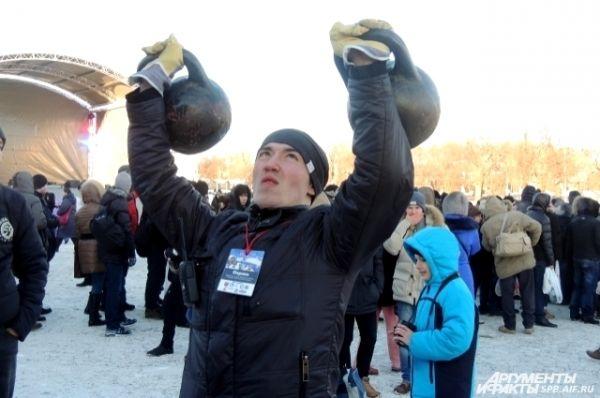 На берегу мужчины соревновались в силовых конкурсах