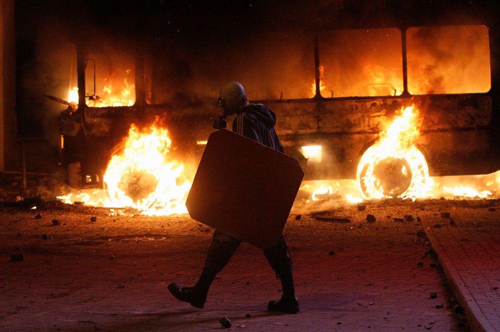Около18:20 появились сообщения отом, что протестующие возле Верховной Рады подожгли второй автобус милиции, втовремя как силовики применили вотношении активистов водомёты.