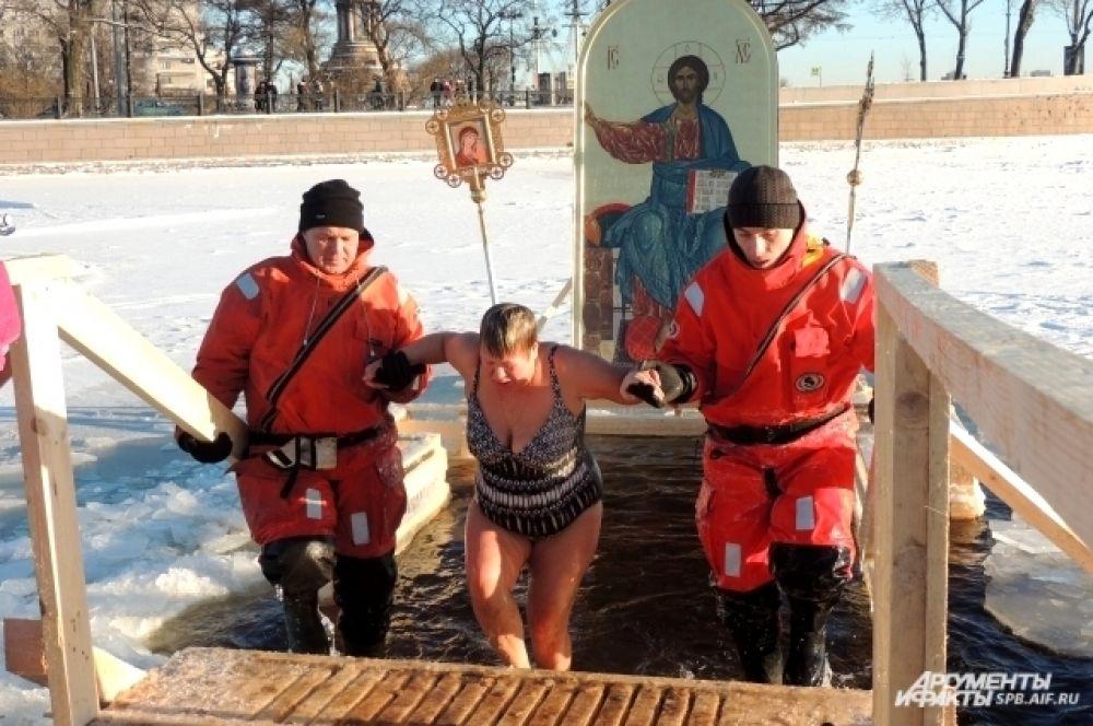 Спасатели помогали людям выходить из купели