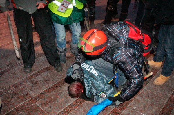 Втоже время МВД Украины заявило отом, что встычках смитингующими пострадали более 20представителей правоохранительных органов. Сообщалось отом, что одного изсотрудников «Беркута» митингующие оттащили вДом профсоюзов иизбили.