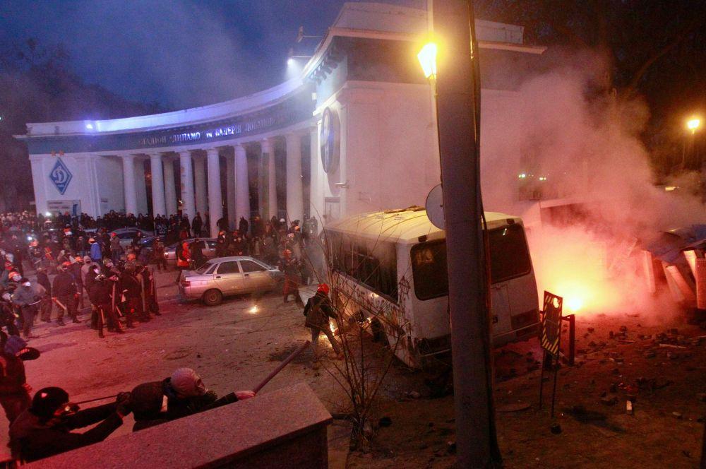 Милиция ответила митингующим слезоточивым газом ишумовыми гранатами, после чего демонстранты открыли ворота стадиона «Динамо», где подожгли милицейский автобус идвинулись всторону Верховной Рады.