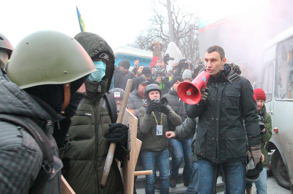 Около восьми вечера стало известно, что один излидеров оппозиции Виталий Кличко призвал демонстрантов воздержаться отстычек смилицией, однако беспорядки продолжились.