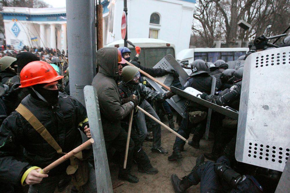 Чтобы пробиться кзданию Верховной Рады демонстранты пошли наштурм милицейских кордонов, выставленных наулице Грушевского.