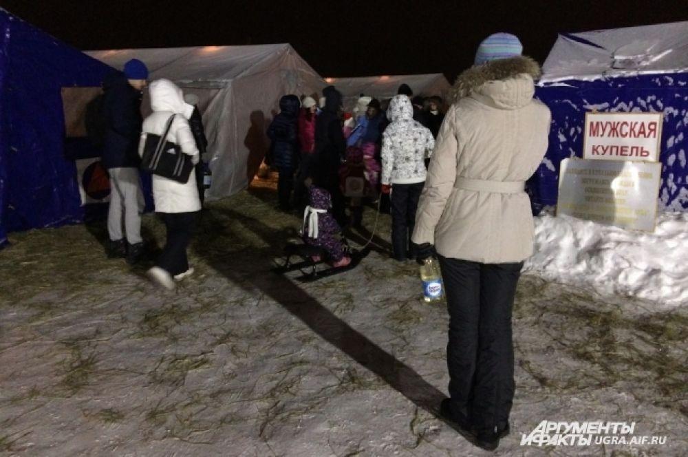 Две палатки выделены для раздевалок, в двух находятся купели - мужская и женская.
