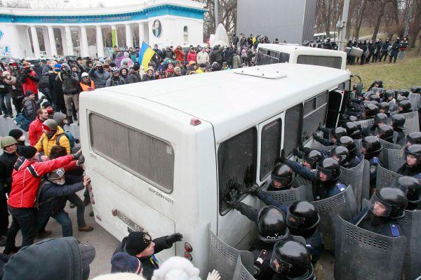 Беспорядки вКиеве начались около 17:00 помосковскому времени, когда Народное вече вцентре города переросло встолкновения смилицией— группа молодых людей начала бросать петарды вкордоны силовиков.