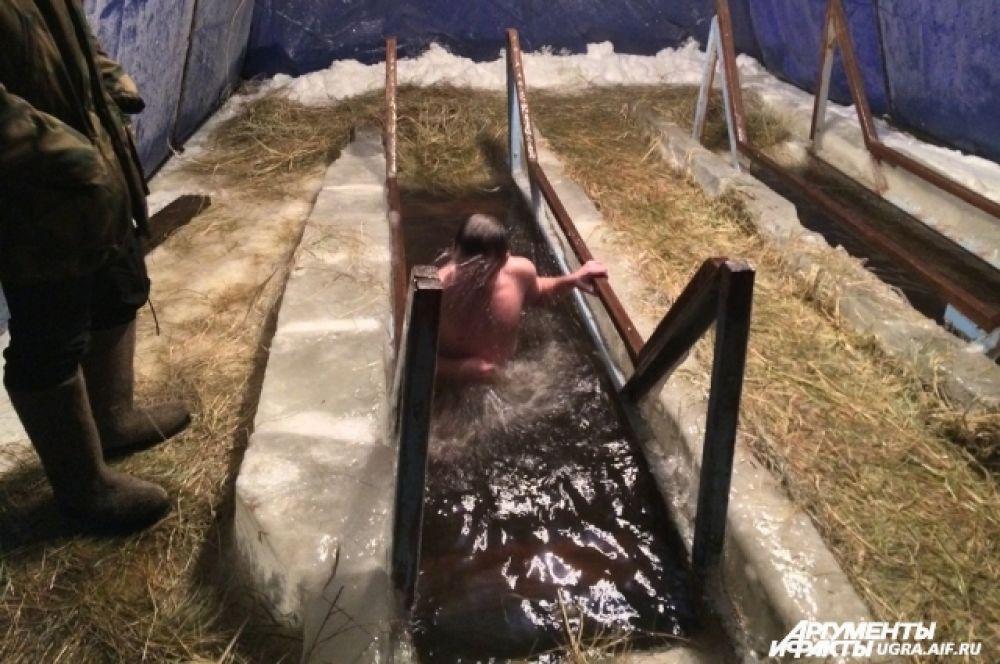 Заядлые купальщики объясняют, что сегодня еще и погода позволяет без страха окунуться в прорубь. Для января в Ханты-Мансийске -15 это тепло.