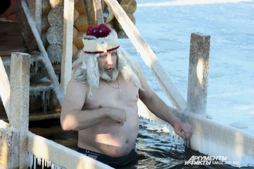 Дедушка Мороз купается на Ключевом озере.