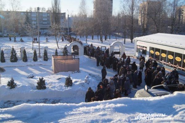 Гигантская очередь за водой у храма Новомучеников.