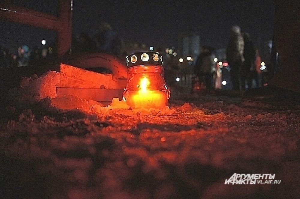 Расставленные по периметру купальни свечи придавали празднику таинственность.