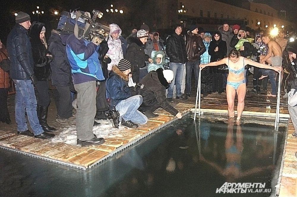 Первой полезть в ледяную воду и под объективы камер решилась женщина.