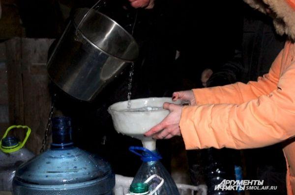 Воду набирают днем и ночью.