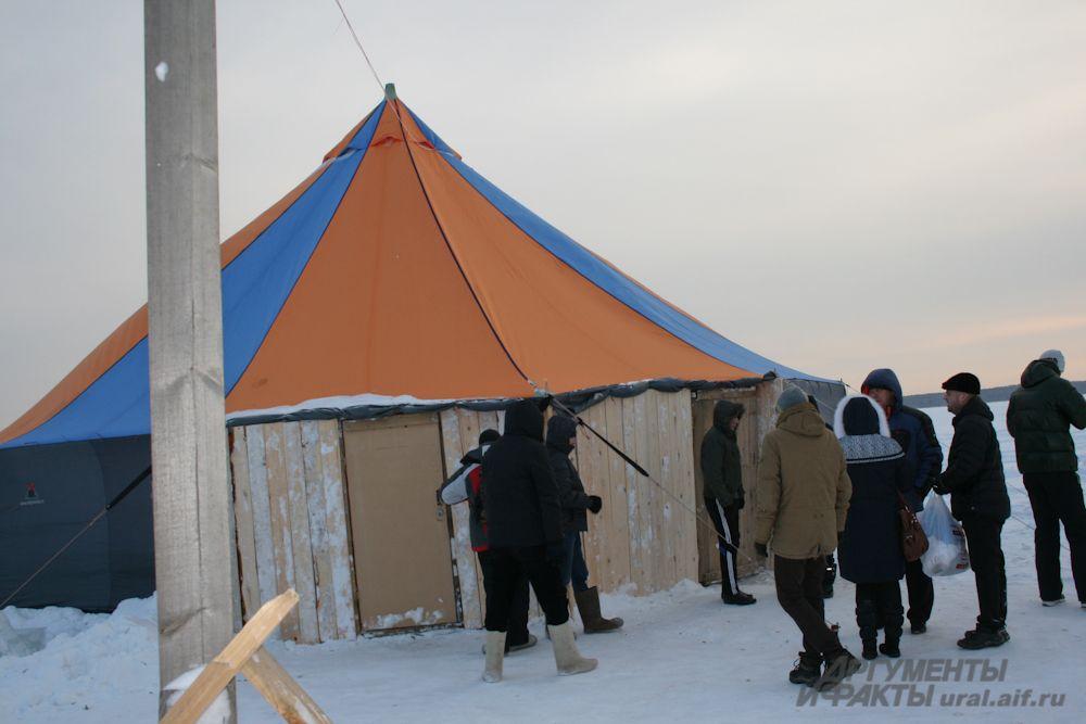 Некоторые горожане отдавали предпочтение «коммерческим» купелям, накрытым шатром. Окунуться с комфортом можно было за 100 рублей