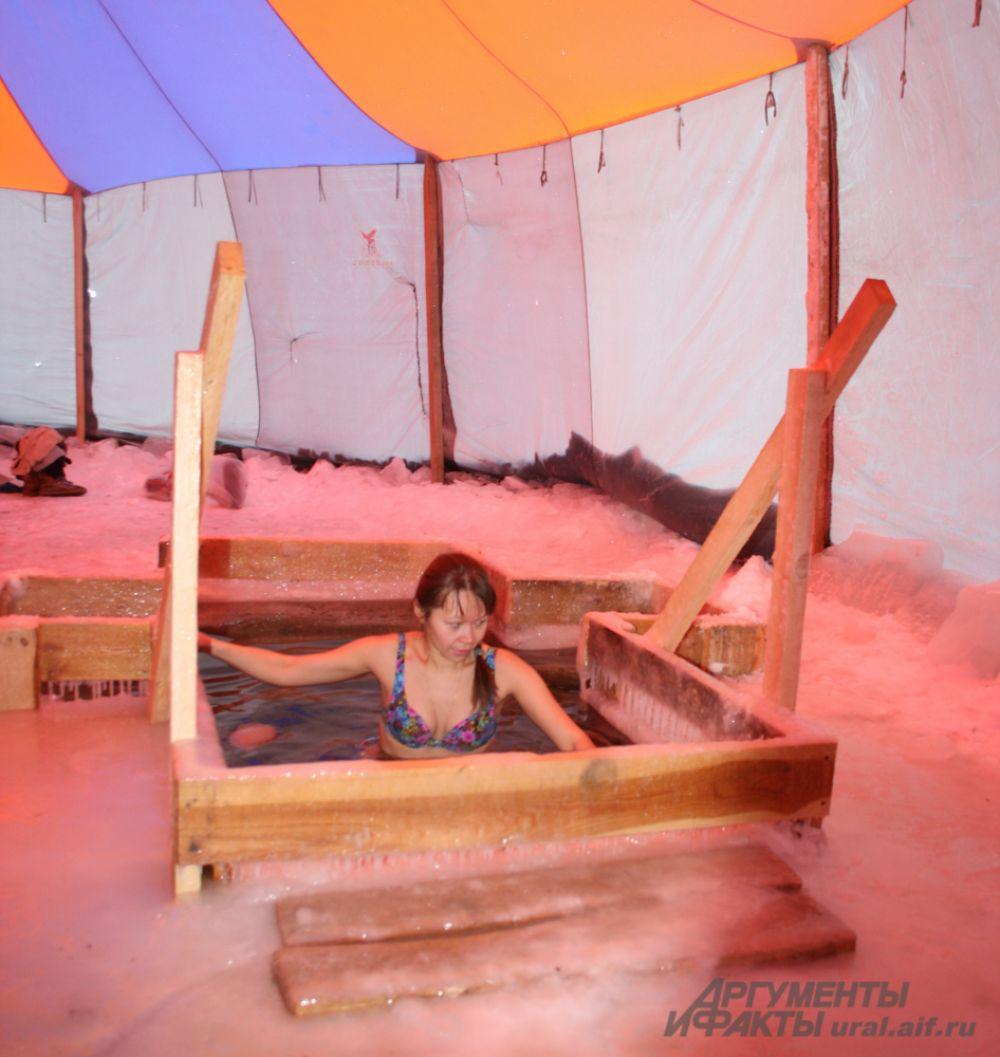Крытая купель защищена от ветра, а места для переодевания в шатре слегка обогревались