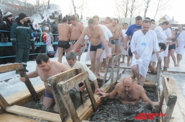 Тысячи омичей приняли участие в крещенских купаниях.