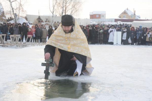 Освещение проруби, из которой набирали святую воду.