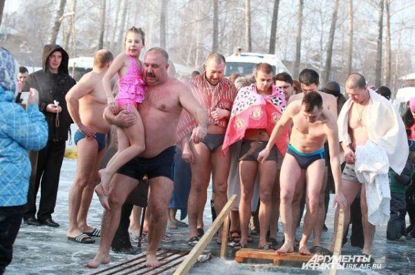 Очень многие пришли с детьми.