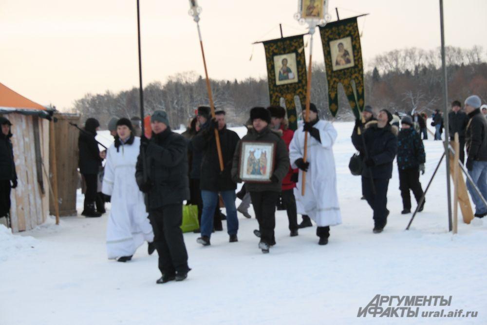 Прихожане храма Святой Троицы прошли к озеру Шарташ крестным ходом