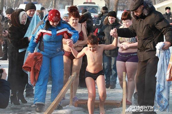 Преодолевая страх, дети ныряли в холодную воду.