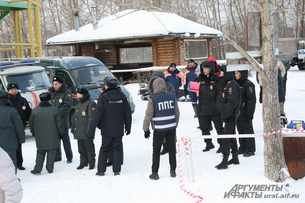 На озере – впрочем, как и во всех местах массовых крещенских купаний – спасатели и сотрудники полиции несли непрерывное дежурство