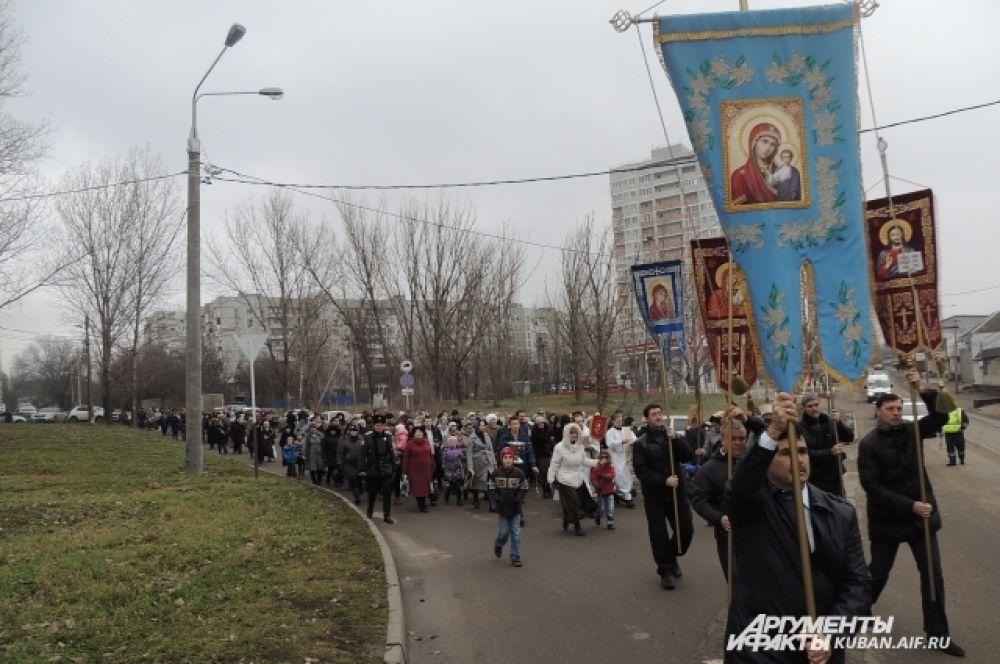 После праздничной службы состоялся Крестный ход.