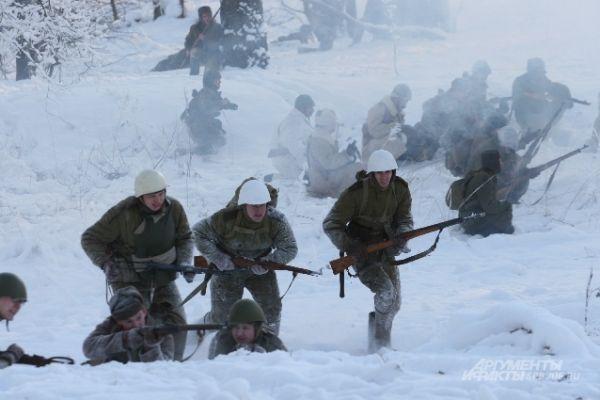 Армия наступает по рыхлому снегу.