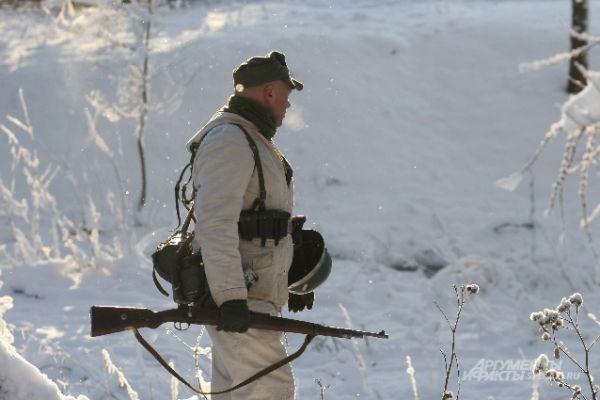 Боец держит макет оружия в руках.