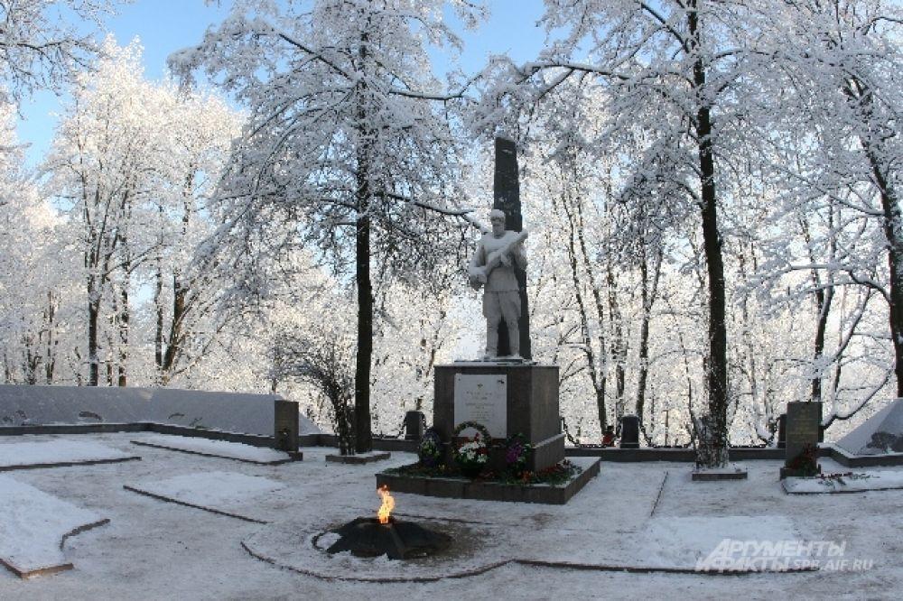 Участники реконструкции боя посетили памятник, установленный в честь павших во время ВОВ.