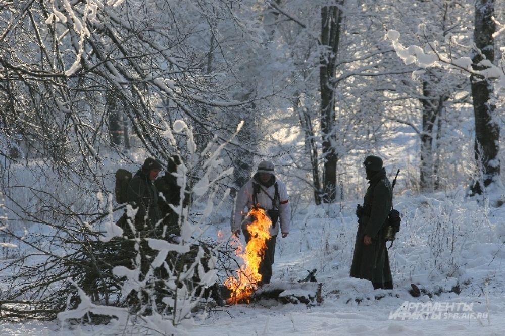 «Немецкие войска» развели костер, чтобы согреться в мороз.