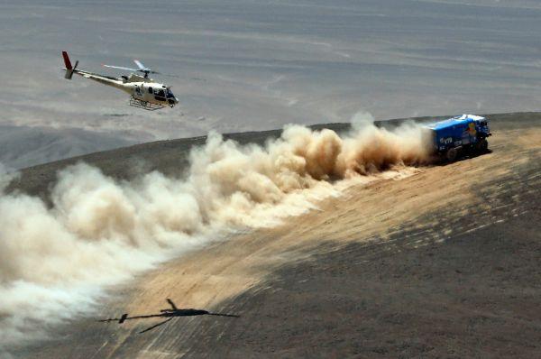 Гонка представляет опасность и для журналистов, приезжающих в пустыню для освещения гонки. Так на пятом этапе прошедшего «Дакара» погибли два аргентинских журналиста – их джип сорвался в пропасть с высоты около ста метров.
