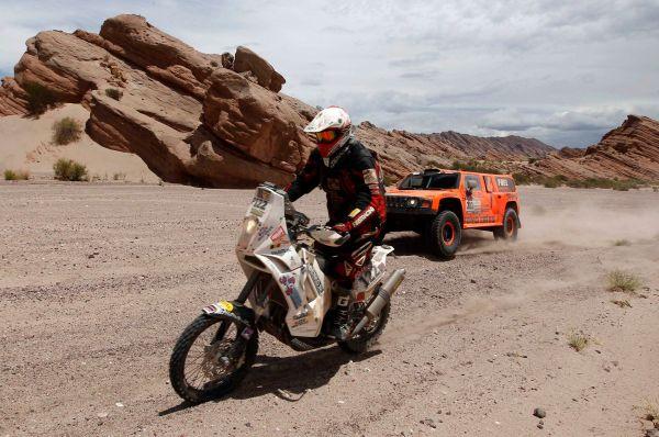 Ралли-рейд «Дакар» - это одно из опаснейших соревнований в мире. Помимо опасных дюн и множества камней, гонщикам также приходится самим осуществлять навигацию, преодолевать броды и чинить технику непосредственно на трассе.