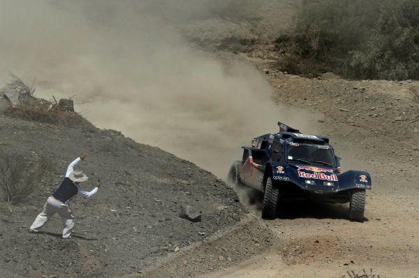 Какое-то время в борьбе с MINI участвовал прославленный раллист Карлос Сайнсна багги SMG, однако испанец попал в аварию в зоне нейтрализации на десятом этапе гонки и выбыл из борьбы.